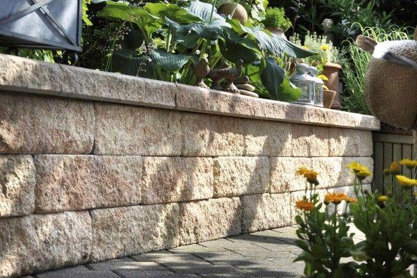 gartenmauer bauen mit moertel und steinen Gartenmauer