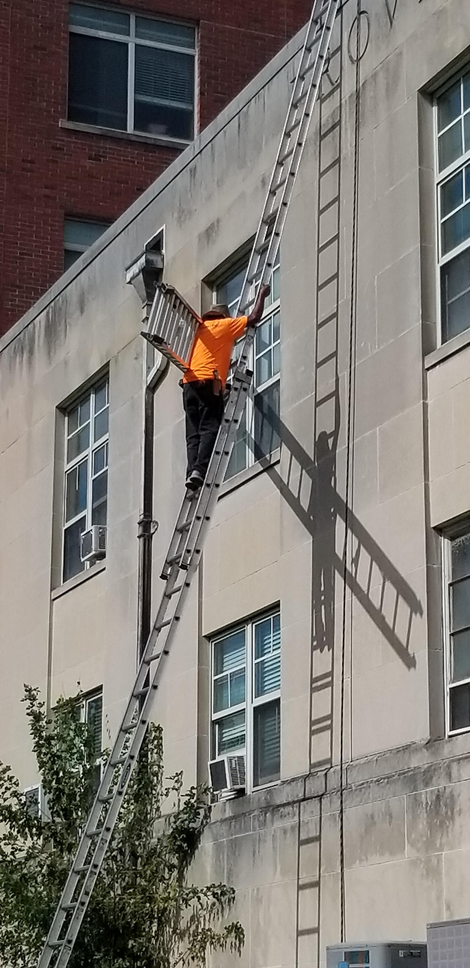 Carrying a 28 footer up a 40 footer with one rung above
