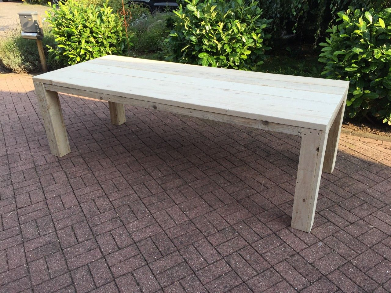 Stylische Möbel aus gebrauchtem Bauholz für den Garten