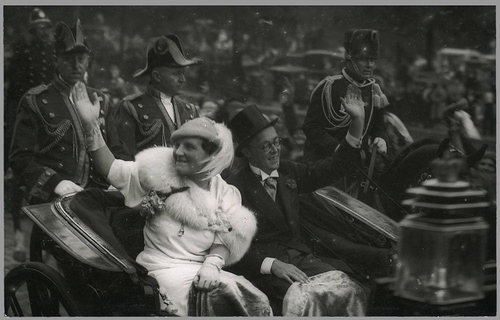 Juliana draagt tijdens de rijtoer op Prinsjesdag 1936 voor het eerst en public haar aquamarijncollier. Postcard, GvN dat ze in 1931 voor haar 21ste verjaardag van haar grootmoeder Emma had gekregen
