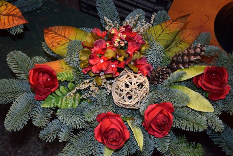 Wszystkich Swietych 2018 Wiazanki Stroiki Dekoracje Jak Ozdobic Groby Na Wszystkich Swietych Fall Wreath Wreaths Plants