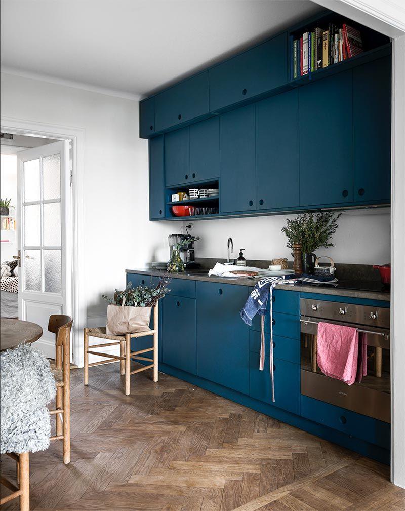 Otra Cocina Azul Con Suelos De Roble En Espiga Another Blue Kitchen With Herringbone Oak Wood Flooring Decoracion De Cocina Decoracion De Cocina Moderna Y Cocinas Blancas Modernas