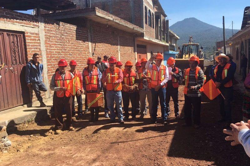 Con una inversión de 17 millones 477 mil pesos, la Junta de Caminos (JC) del Estado de Michoacán rehabilita el camino que conecta a las comunidades de Ocumicho y Cocucho ...