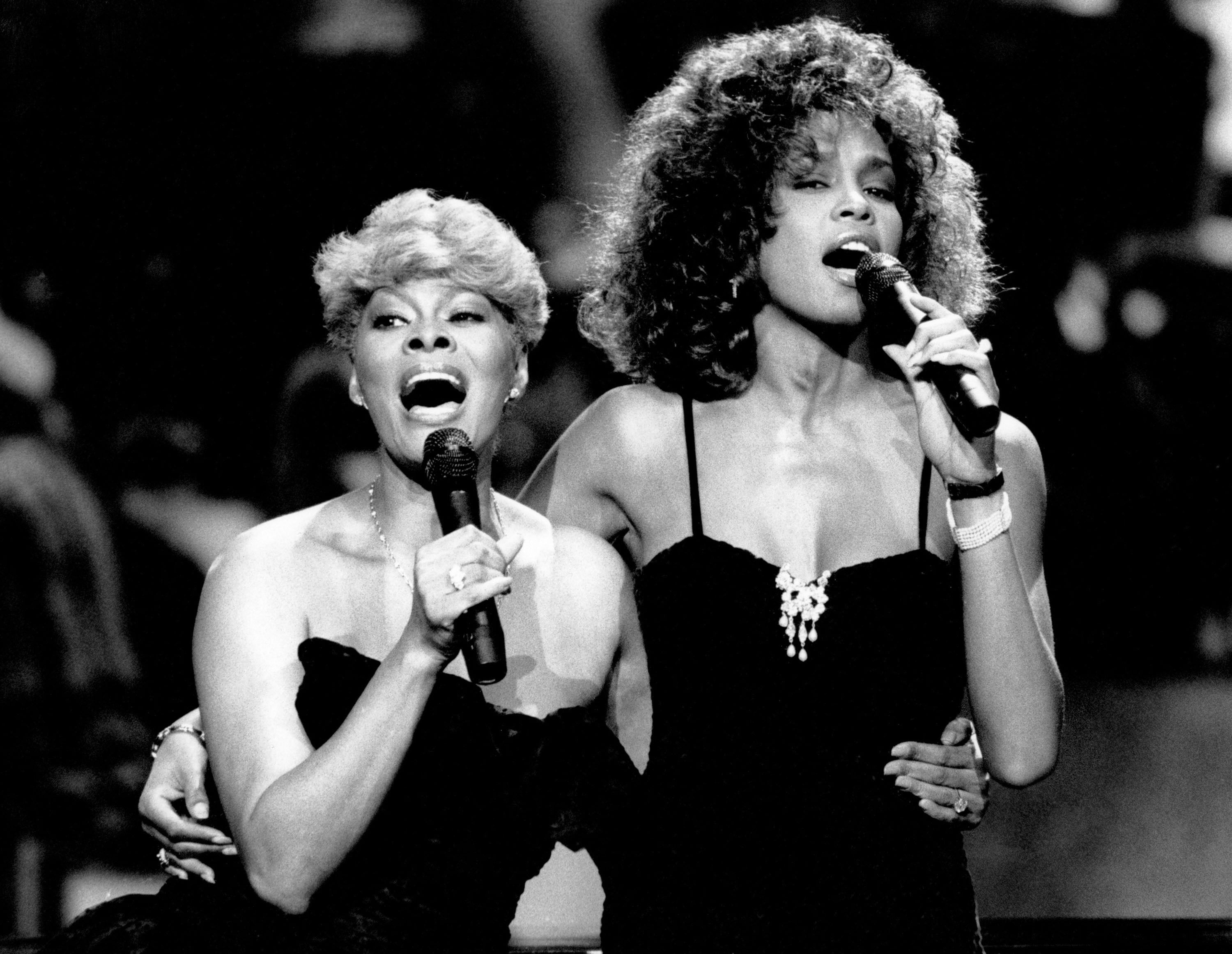 15 Celebs Who Are Related | Whitney houston, Whitney houston pictures, Dionne  warwick