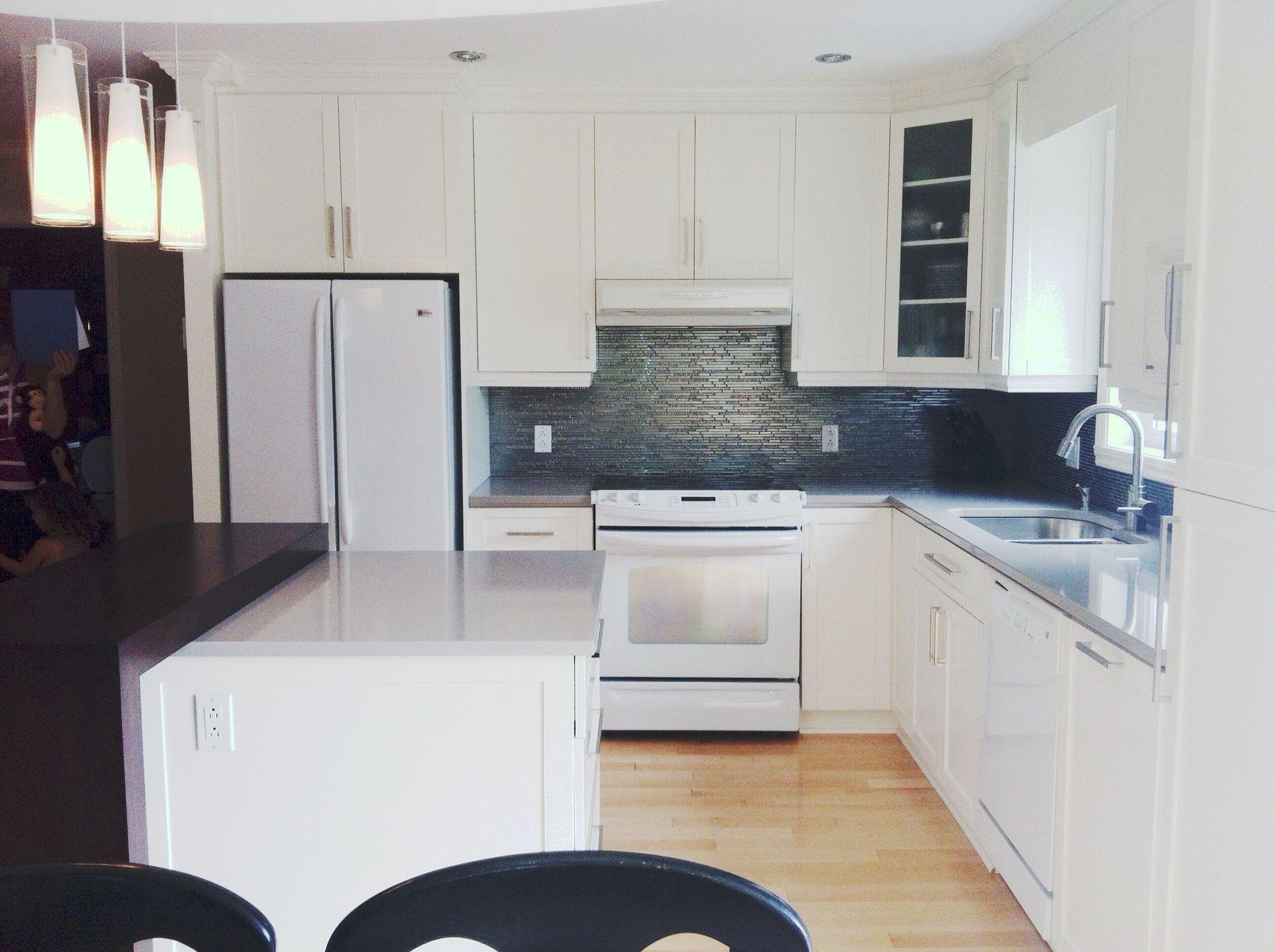 cuisine en bois laqu blanc comptoir de quartz gris et en bois dosseret de