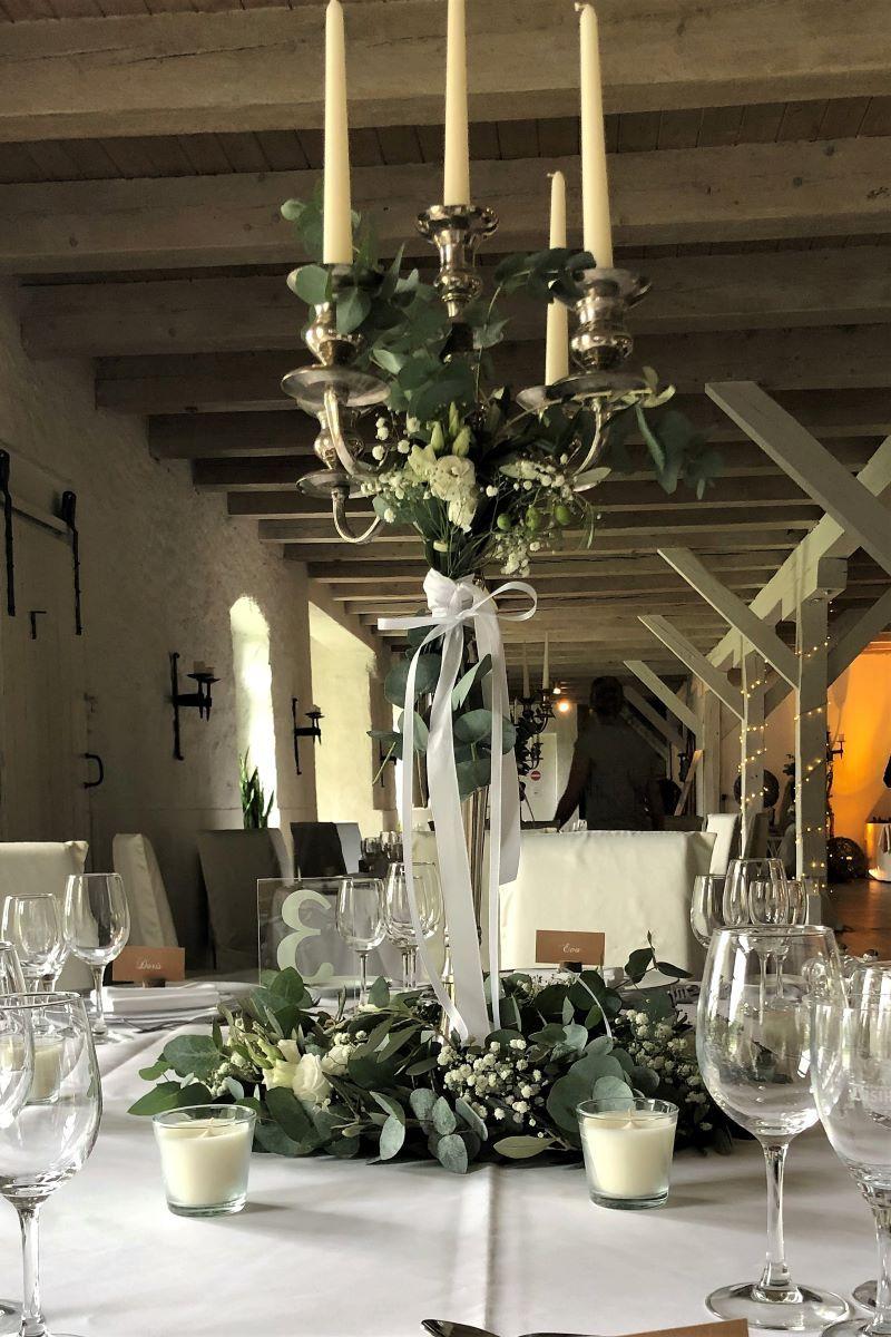 Blumendekoration Mit Hohem Kerzenleuchter Fur Runde Tische Blumendekoration Dekoration Tischdekoration