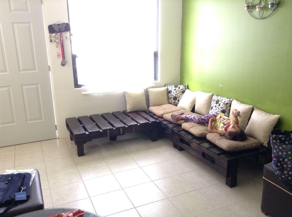 Sala elaborada con tres tarimas hecho en casa muebles for Muebles de jardin hechos con tarimas