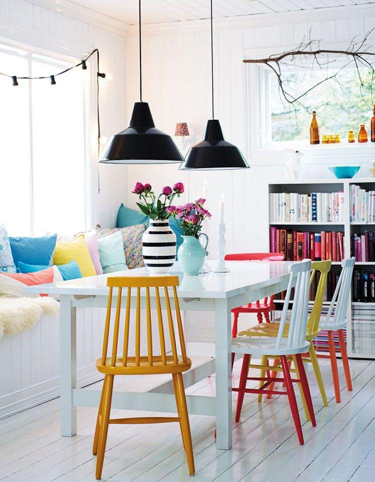Een lichte eetkamer met gekleurde stoelen, zo haal je de warmte ...