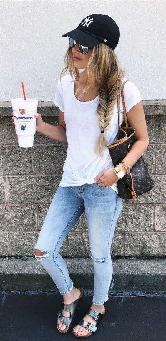 Look Con Gorras Chica Usando Gorra Negra Con Jeans Y Blusa