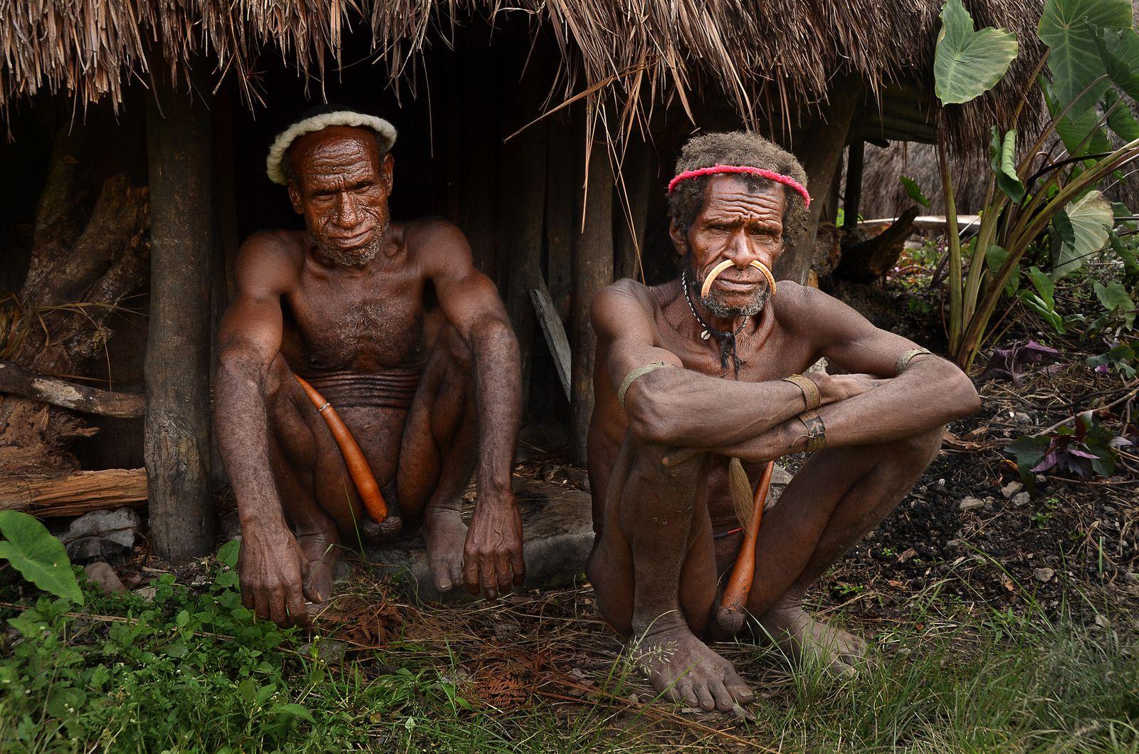 Duo portrait of Dani man with traditional koteka, Kurima