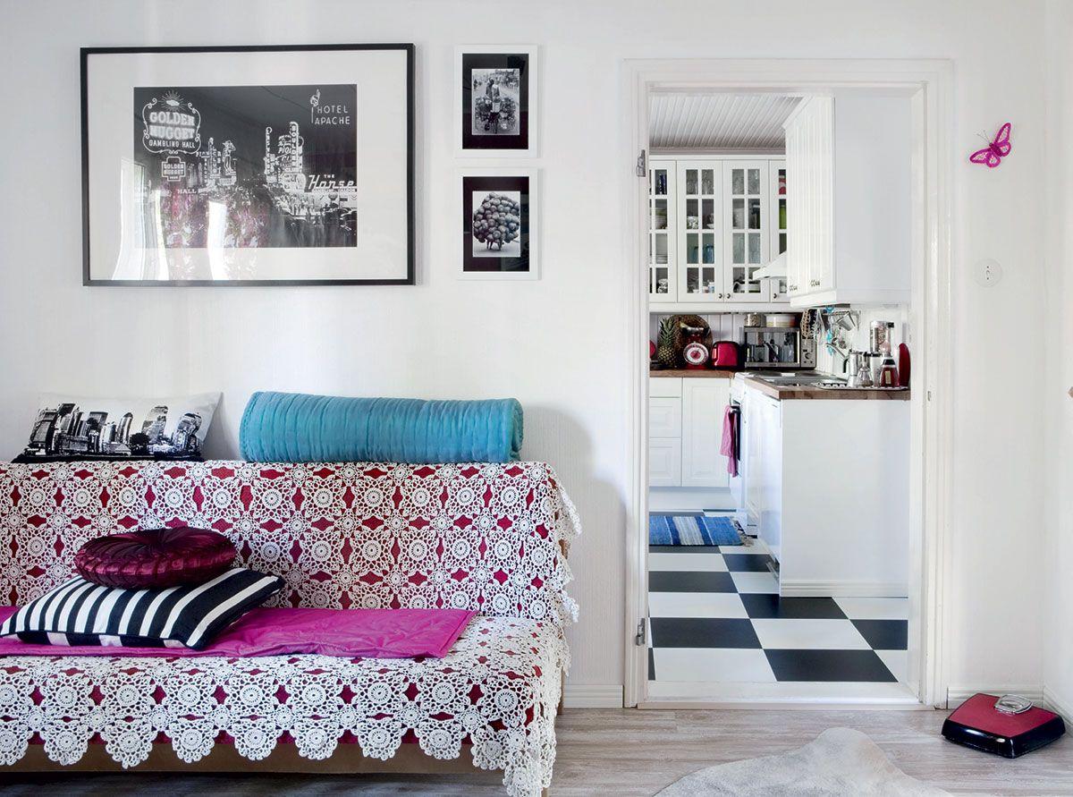 Työhuone on myös vierashuone. Vanha vuodesohva on saatu ystäviltä. Pitsipeiton Sami on saanut tädiltään. Sympaattinen vaaka on peräisin Samin mummulta. Seinällä komeilee kuva 1950-luvun Las Vegasista. Turkoosi tikkipeitto on tuliainen Vietnamista ja raidallinen tyyny on Hemtexistä.