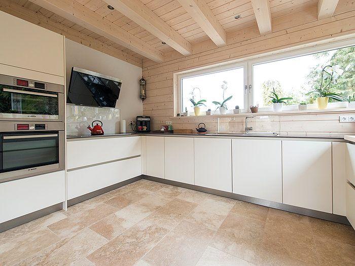 le travertin rustic s 39 harmonise avec les meubles blancs de la cuisine stonenaturelle cuisine. Black Bedroom Furniture Sets. Home Design Ideas
