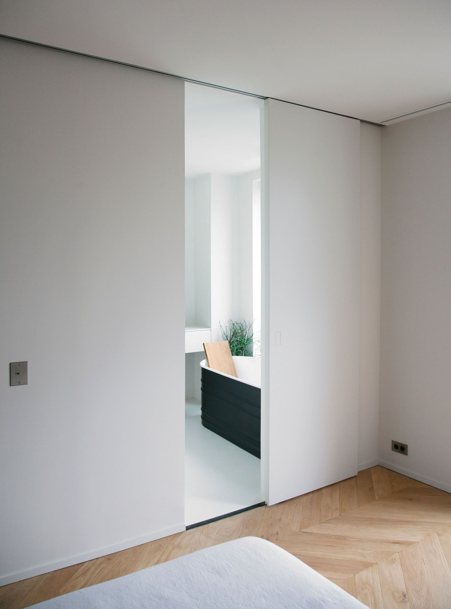 Haus außentor design rue du japon townhouse renovation in toulouse by rmgb  bathrooms