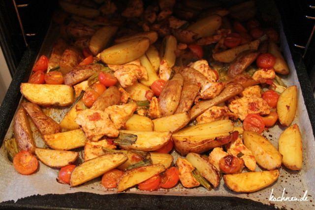 Zubereitung von Country-Kartoffeln mit Hähnchenbrust ist ideal für alle Abwaschmuffel. Eine Pfanne oder Topf wird nämlich nicht benötigt.