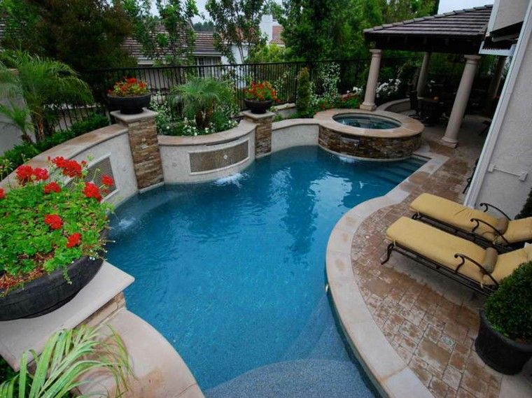 piscina y tumbonas en el  jardín pequeño