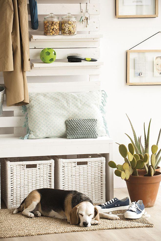 Dormitorio con ropa de cama de lino y salida al jardín con cortinas ...