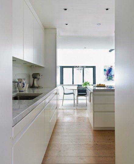 Valkoinen keittiö, puulattia, marmoritasot ja ripaus tummaa harmaata tai mustaa. <3