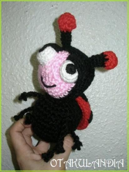 Sonajero Mariquita está diseñado, creado y realizado a mano en crochet por el equipo de Otakulandia, es un modelo Exclusivo pensado para los más pequeñitos de la casa... es absolutamente seguro y encantador y su ruido es como de lluvia por lo que no molestará a tu bebé mientras duerme con su muñequito... ¡¡Un regalo original, perfecto, divertido y diferente!!
