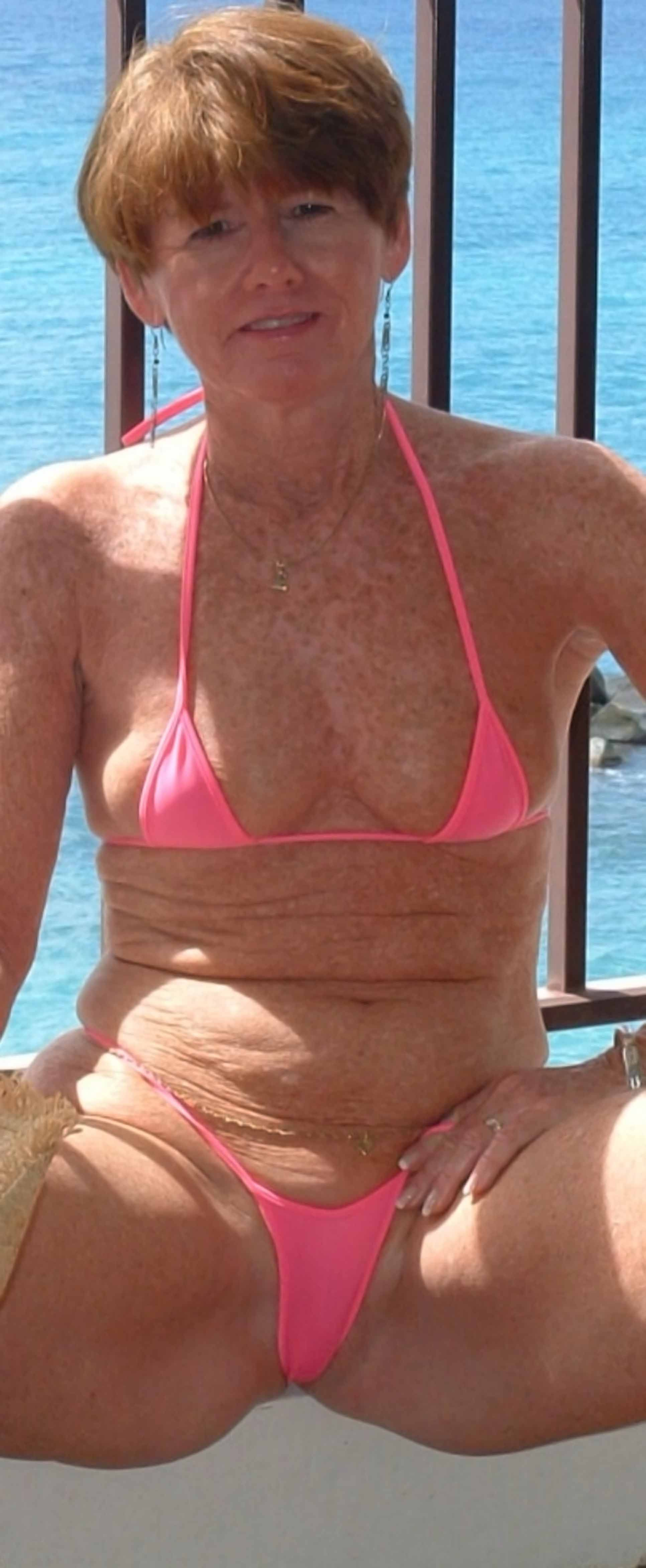 alte frau bikini