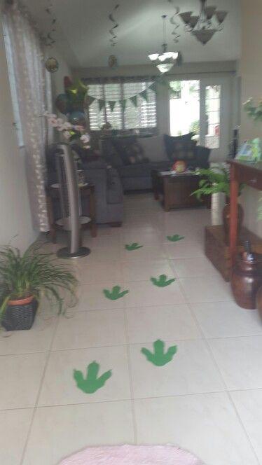 Dinosaur party ideas Corte huellas de dinosaurio en cartulina verde.. el molde aparece en un lino q guarde en este tablero