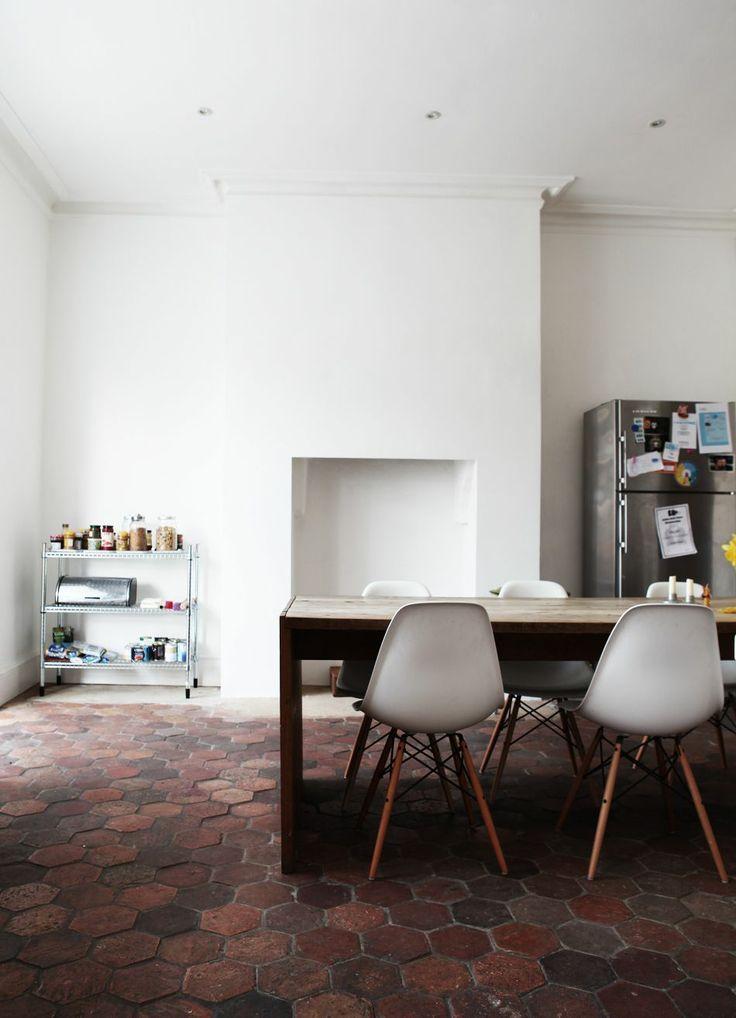 on apprivoise ou on relooke ce sol en terre cuite tomettes anciennes tomette et relooker. Black Bedroom Furniture Sets. Home Design Ideas
