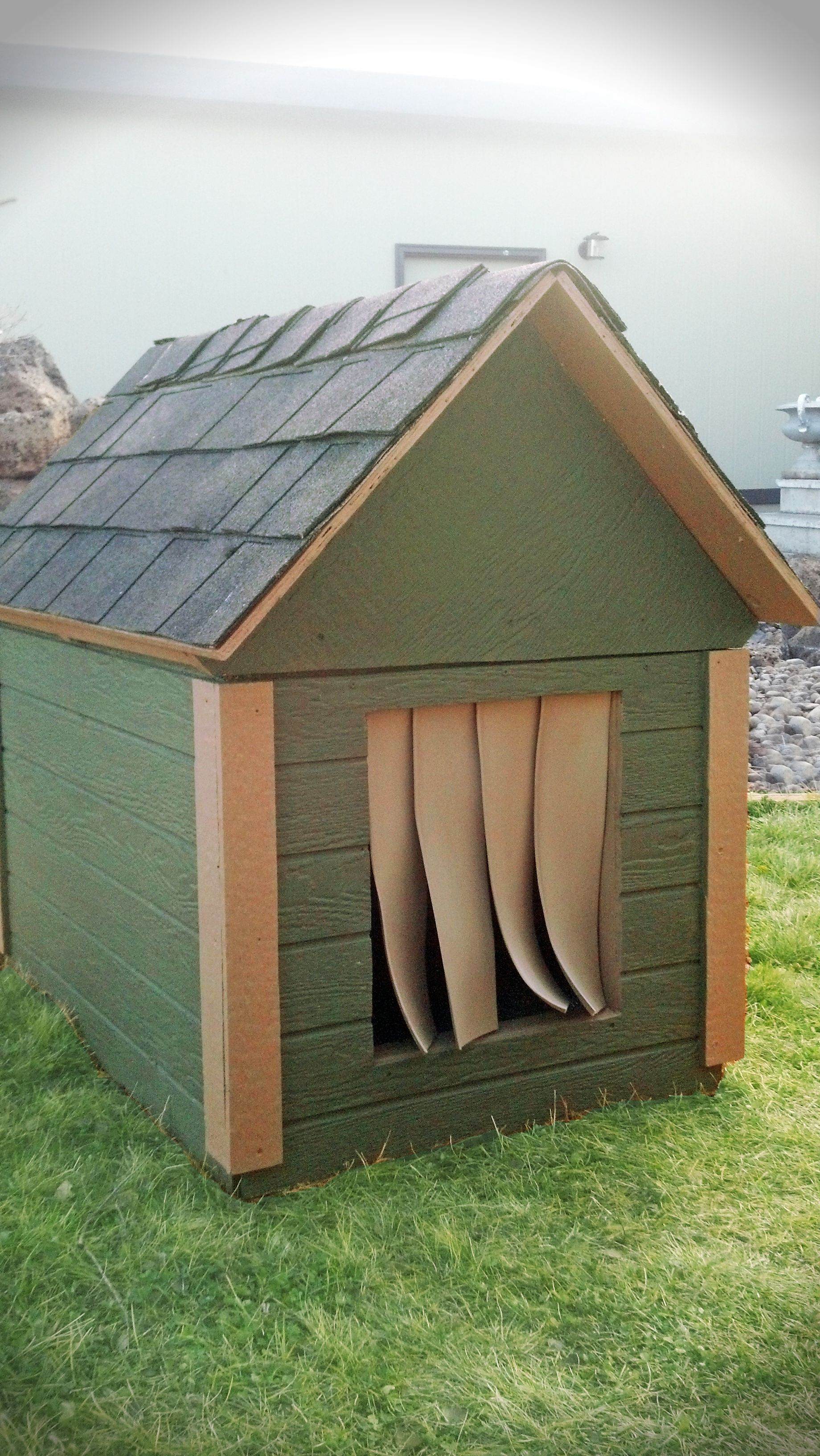 Cozy insulated dog house to keep your best friend warm in for Insulated heated dog house