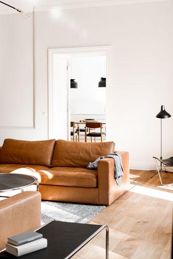 Statement leather sofa interiors outdoor in 2018 for Wohnzimmer klassisch einrichten