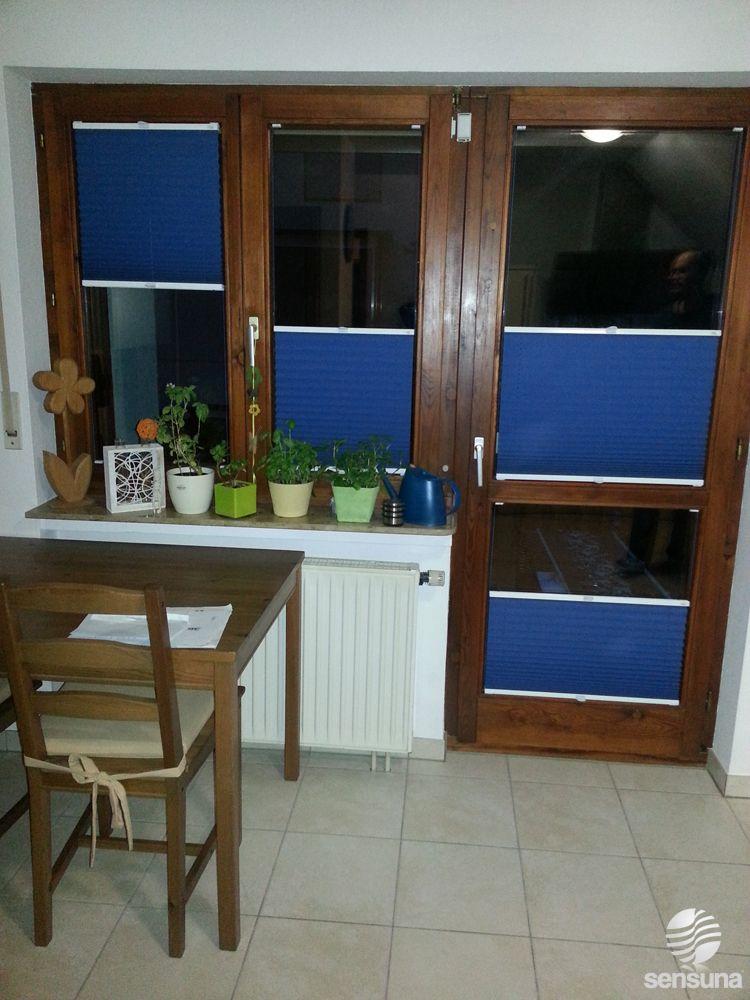 Auch an Holzfenstern und Türen kann man Plissees befestigen