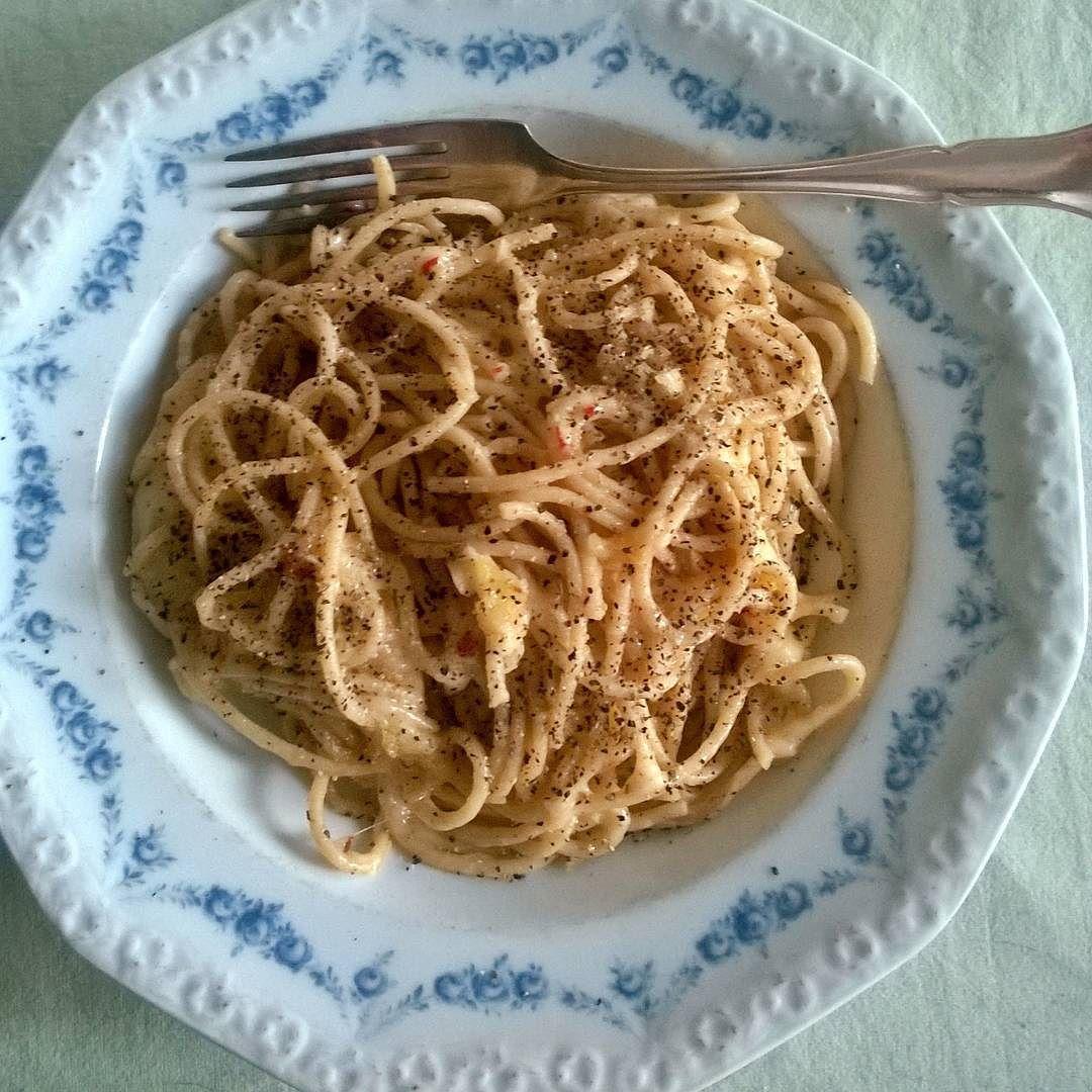 Helpoin ja nopein pasta ever. Valkosipulia pippuria oliiviöljyä ja Pecorinoa. #spagetti #pasta #valkosipuli #itsetehty #instafood #food #foodgeek #foodgasm #foodie #foodblogger #foodporn #foodshare #instagood #foodlover #ruokablogi #ruoka#kotiruoka #herkkusuu #lautasella #Herkkusuunlautasella
