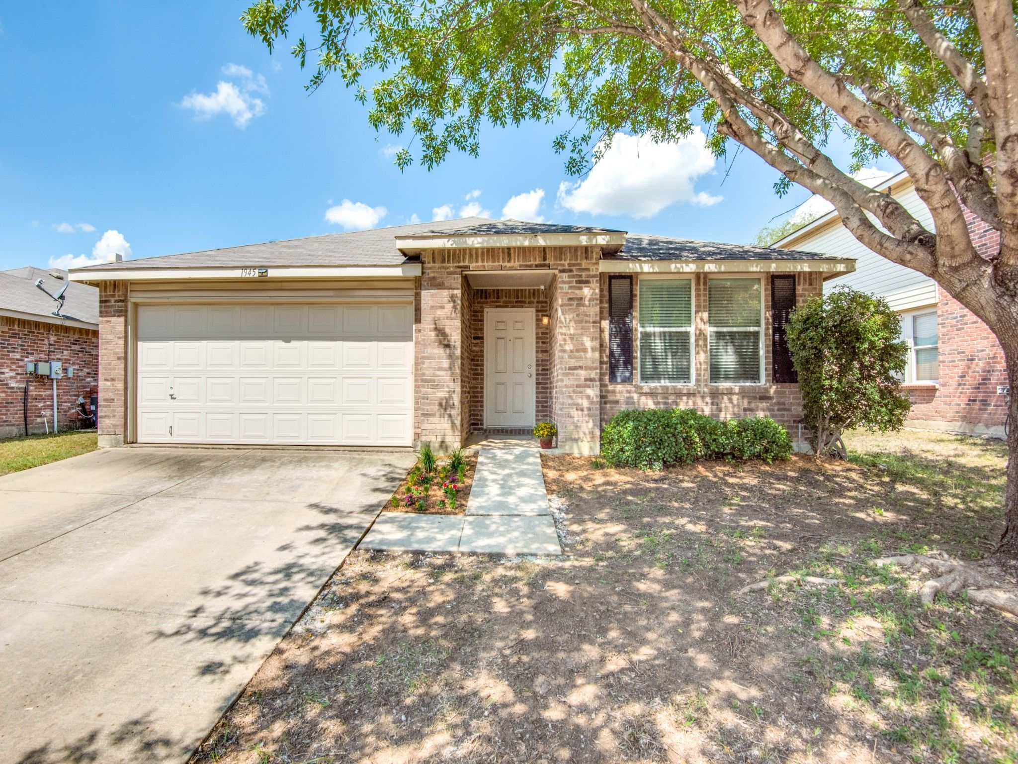 1945 Riverchase Ln Justin Tx 76247 Garage Doors Real Estate