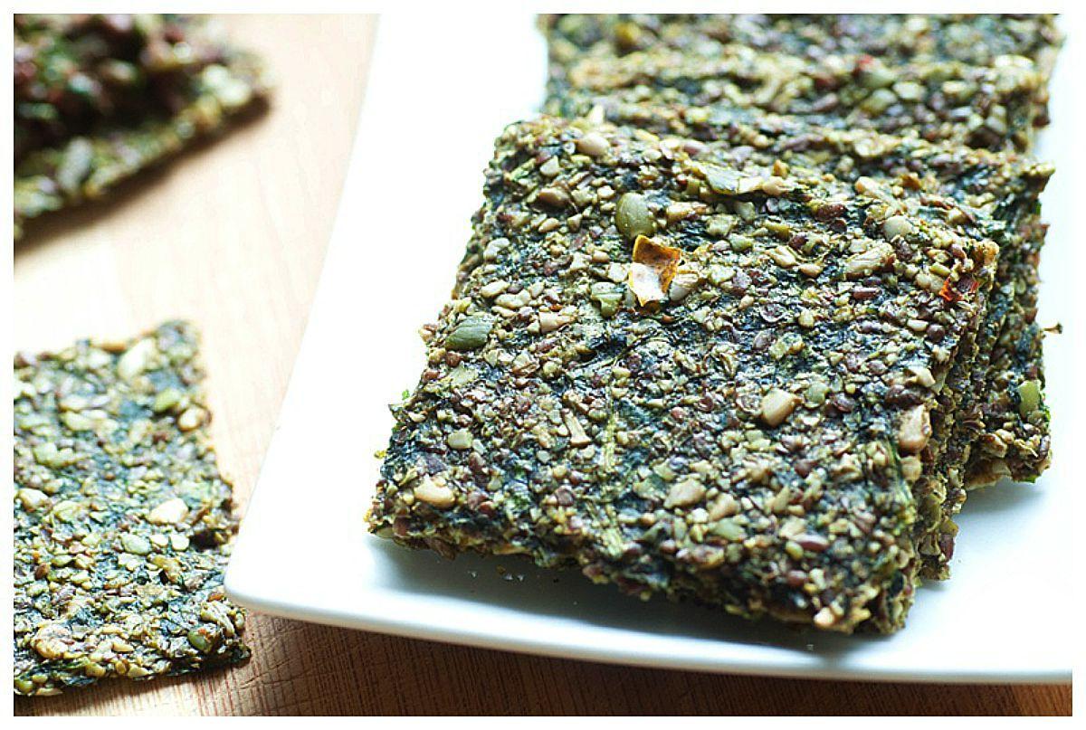 Photo of Craquelins de graines de citrouille crues aux épinards [Vegan, Raw, Gluten-Free]