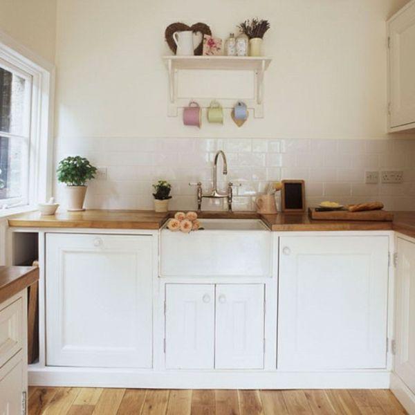 In Diesem Beitrag Zeigen Wir Ihnen, Wie Man Eine Wunderschöne Weiße Kleine Küche  Einrichten Kann. Genießen Sie Die Interessanten Bilder!