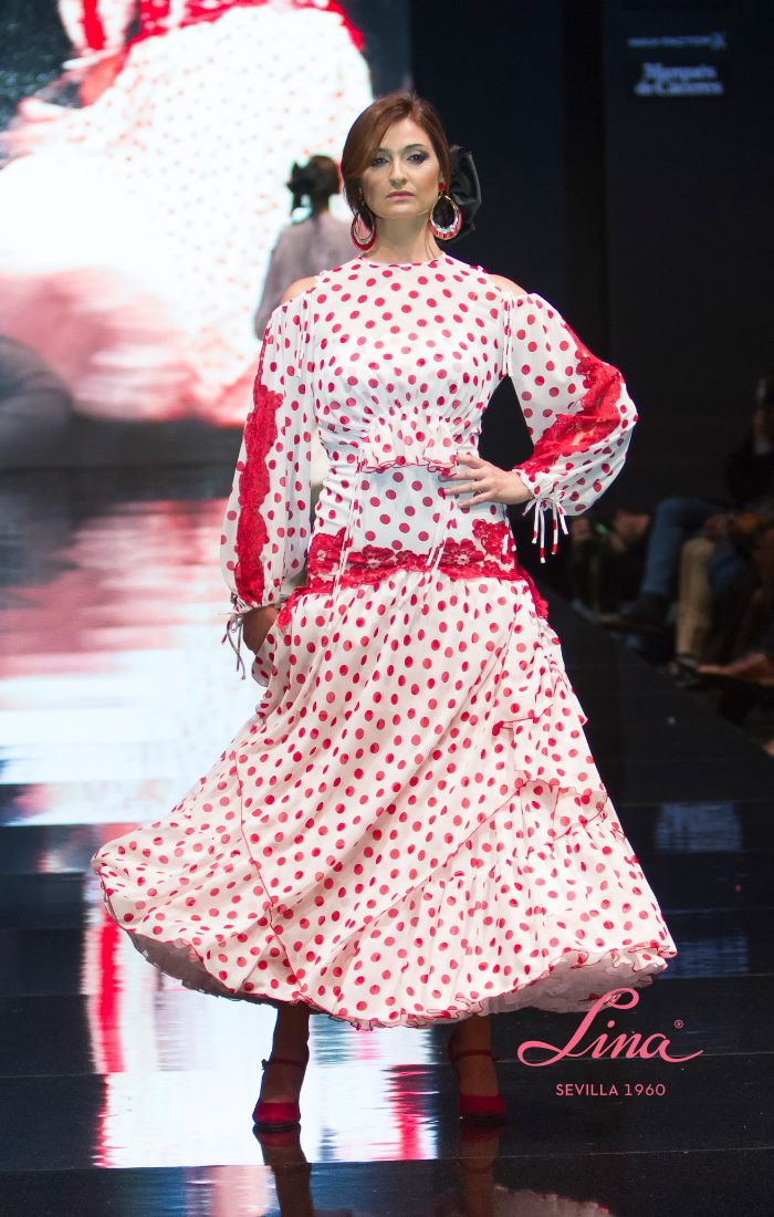 52a07f7e5 Traje de #flamenca y fiesta de gasa blanca con #lunares rojos ...