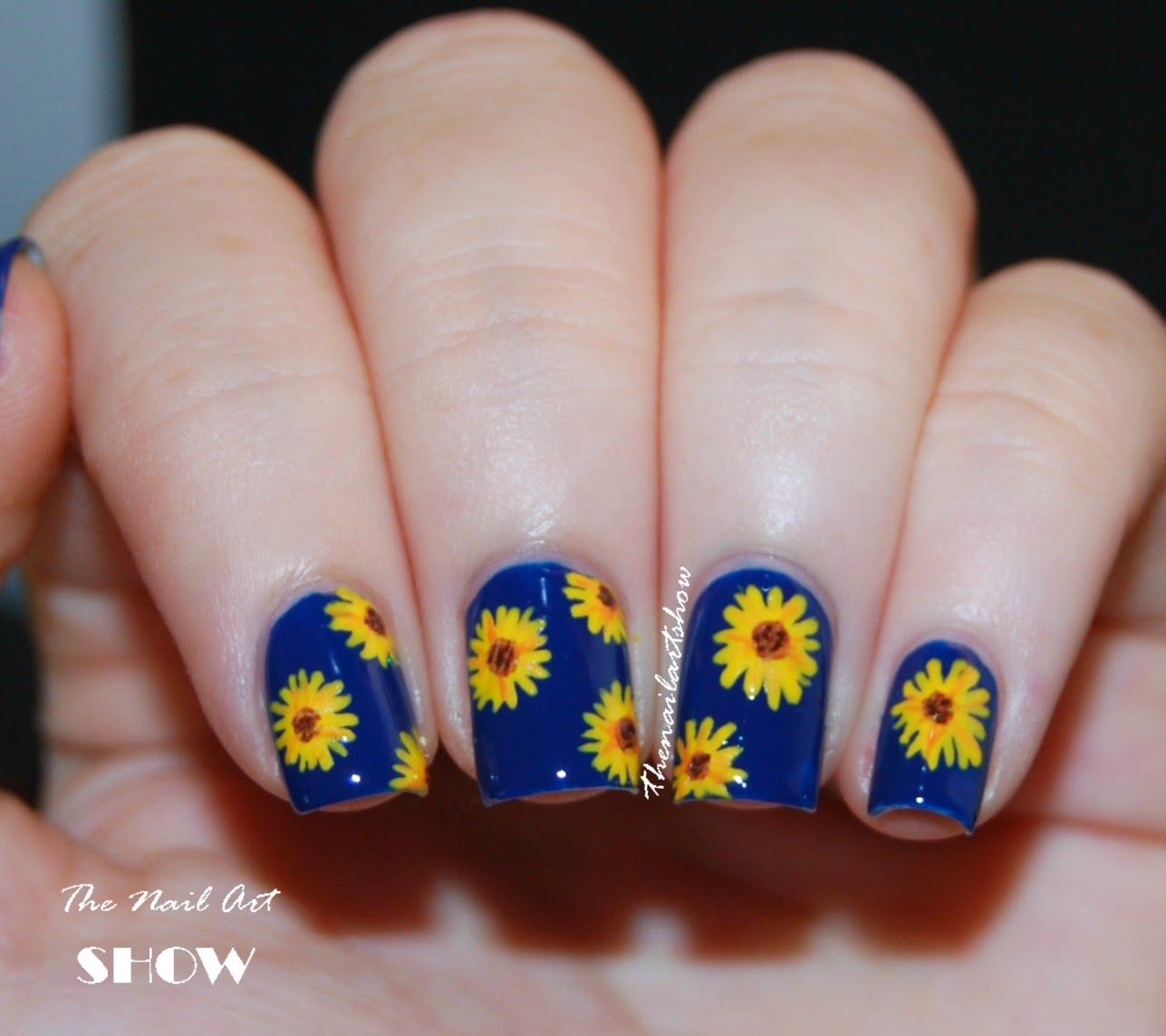 Cute but replace blue with black or white. - The Flowers Of The Sun Pinterest Black, Sunflower Nails And Make Up