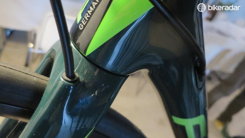 The hydraulic hose is neatly routed through the fork crown:
