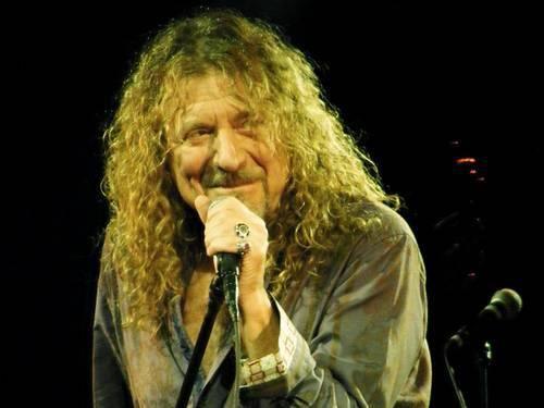 """Robert Plant   Foi eleito o 15º melhor vocalista da história pela revista """"Rolling Stone"""", e em 2006 a revista """"Hit Parader"""" colocou Plant como o """"melhor vocalista de heavy metal de todos os tempos""""   Sem duvida, no rock é um dos tres melhores de todos os tempos"""