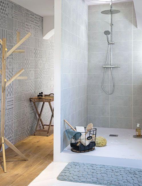 Une cabine de douche dan sune salle de bains le smurs sont