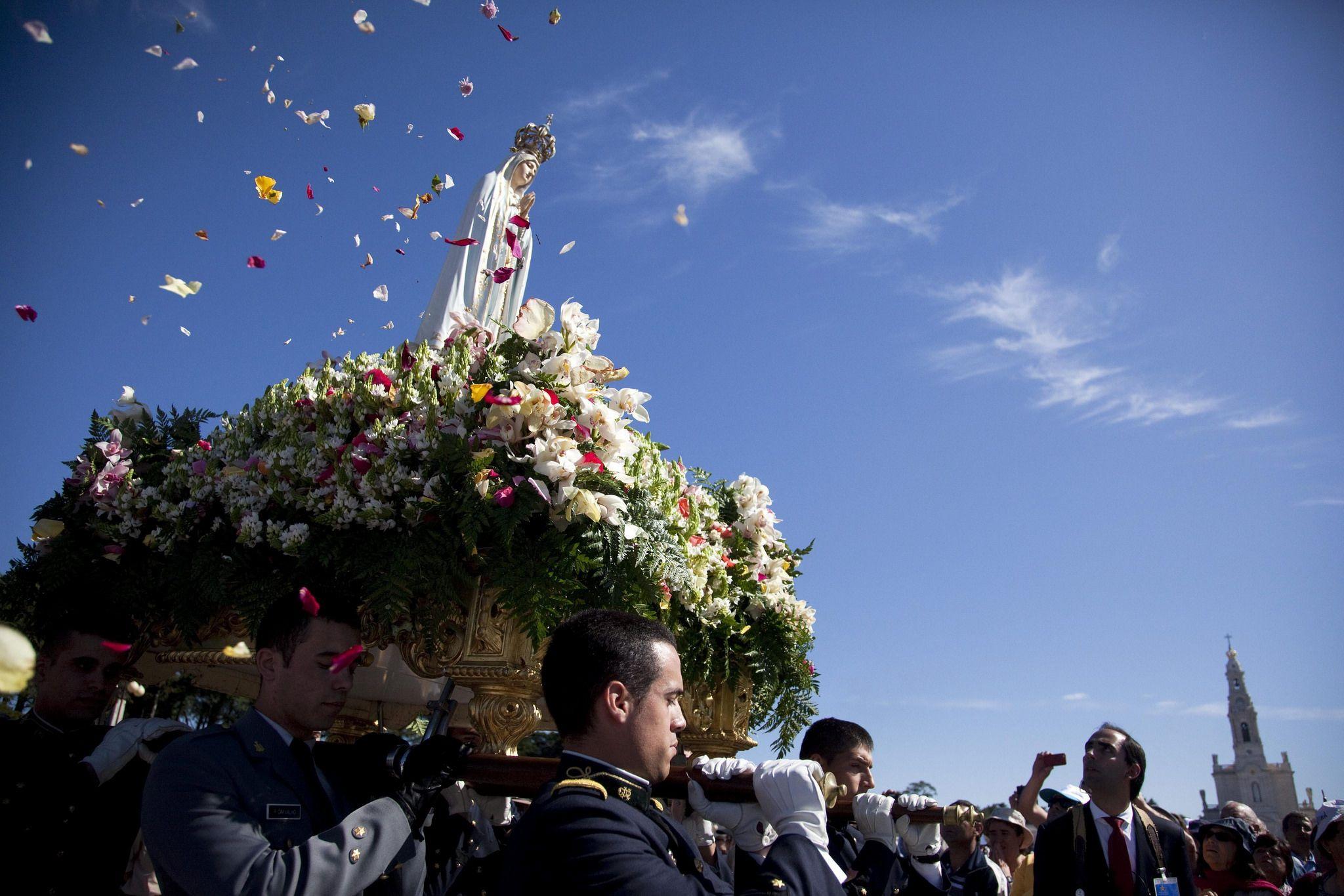 https://flic.kr/p/F2qcE3 | PEREGRINACIÓN INTERNACIONAL AL SANTUARIO DE FÁTIMA | FTM07 FATIMA (PORTUGAL) 13/05/2014.- Miles de peregrinos asisten a la procesión de la virgen de Fátima hoy, martes 13 de mayo de 2014, en Fátima (Portugal). La peregrinación internacional al Santuario de Fátima arrancó ayer de forma oficial y son miles las personas que se han desplazado hasta el municipio portugués para celebrar el 97 aniversario de la aparición de la Virgen, según la religión católica…