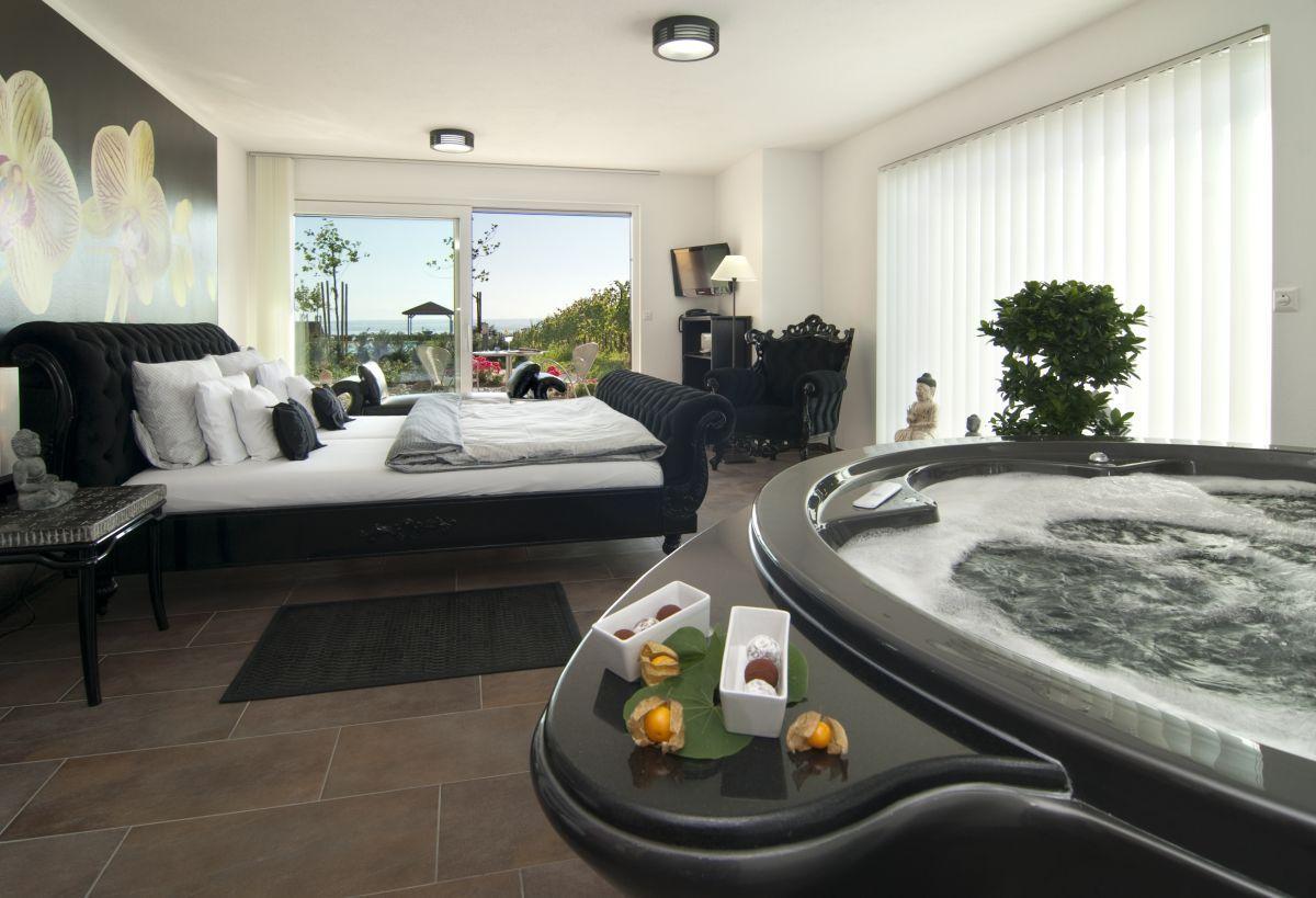 Die Buddha Suite Im Hotel Burgunderhof In Hagnau Zimmer Mit Whirlpool Am Bodensee Hotel Mit Whirlpool Hotel Hotelzimmer
