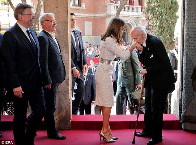 Queen Letizia received a very affectionate greeting fromelderly professor Santiago Grisolia as she arrived at the Jamie I awards on Monday