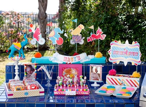 Colorida fiesta infantil al aire libre con desfile de - Cumpleanos al aire libre ...