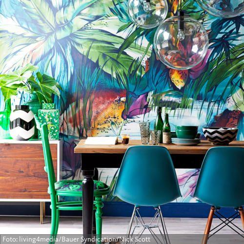 Tapete im Dschungel-Look und blaue Eames Chairs roomido - esszimmer mit farbe gestalten