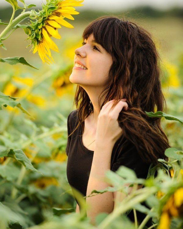 زهرة عباد الشمس شعر علاء نعيم الغول الحب ما كان اختيارا و الذين تكدسوا في دفتري ما كن Sunflower Photography Portrait Photography Sunflower Field Photography
