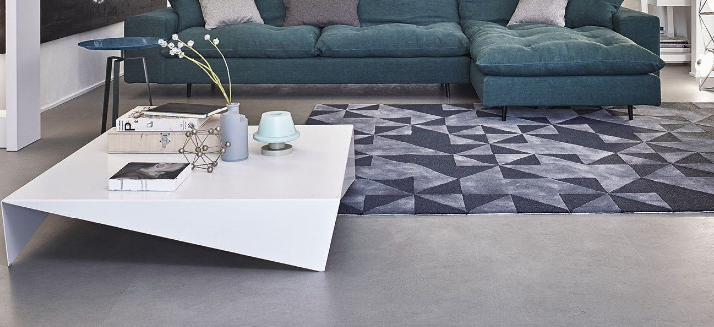 Voilà, an original coffee table, emphasises instead the interest in its geometrical structure. It is in mat painted metal, available in white, anthracite grey and dove grey.