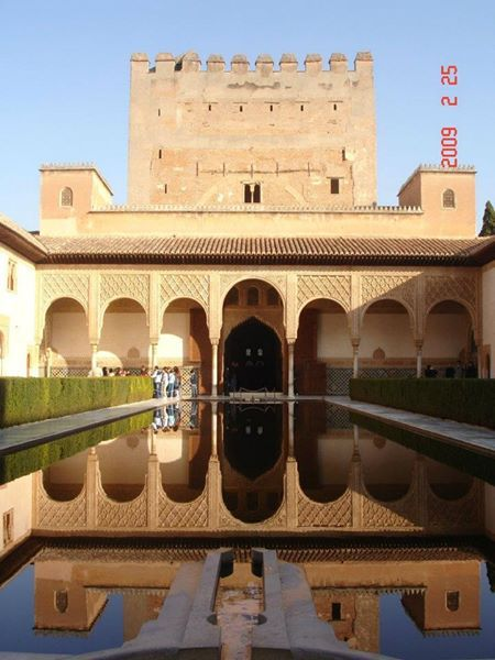 Patio de los arrayanes en la Alhambra (Granada)