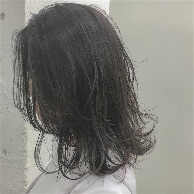 ネイビーアッシュの髪色に染めた女性のヘアカラーサンプル画像6