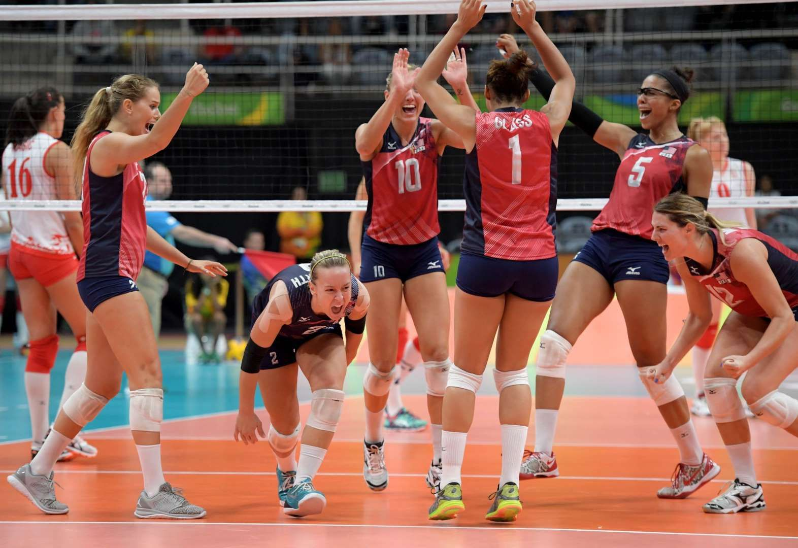 Usa Women S Volleyball Plaeyrs Celebrate During Their Match Against Serbia At Maracanazinho In The Rio 2016 Summ Olympics Summer Olympics 2016 Women Volleyball