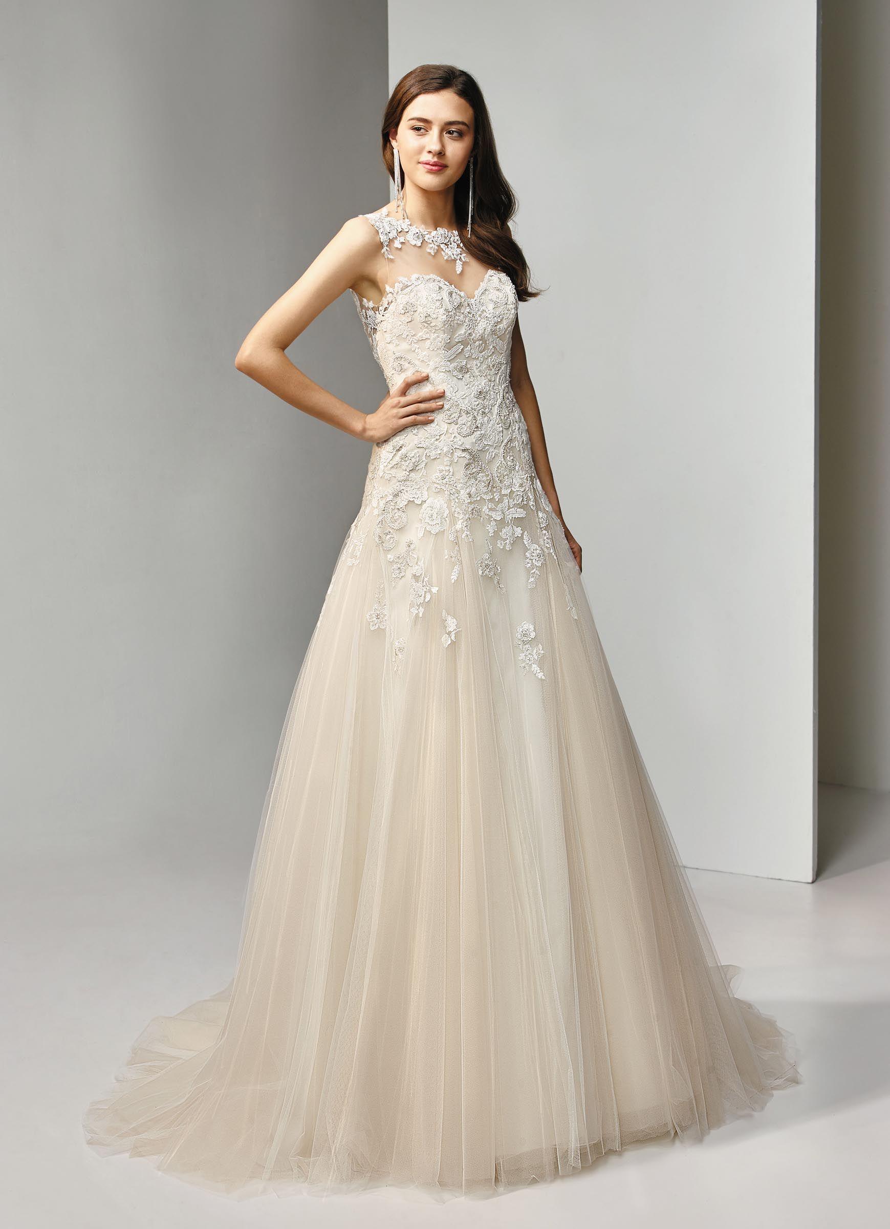 Brautkleid in A-Linie und Blush mit Spitze, Blüten und Tattoo