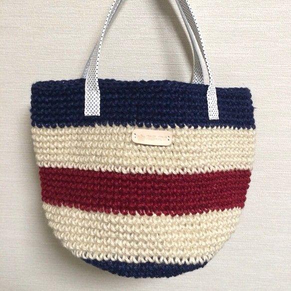 麻紐を編んで作った、丸底のバッグです。本体は生成り・ネイビー・レッドのトリコロールカラーで、夏らしくしてみましたヾ(*'∀`*)ノ持ち... ハンドメイド、手作り、手仕事品の通販・販売・購入ならCreema。
