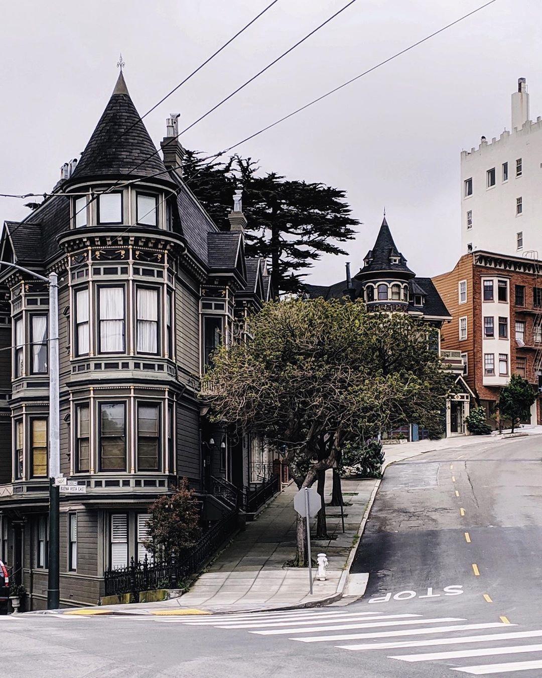 La Imagen Puede Contener árbol Cielo Casa Y Exterior House Styles Instagram Towns